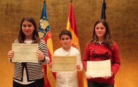 Excelencia Academica 2013-14. Tres alumnos del colegio APA LA ENCARNACION recogen sus premios.
