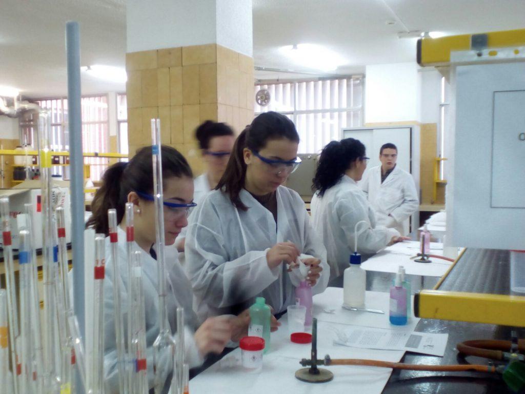 Los alumnos de 4º ESO hacen prácticas en la Universidad